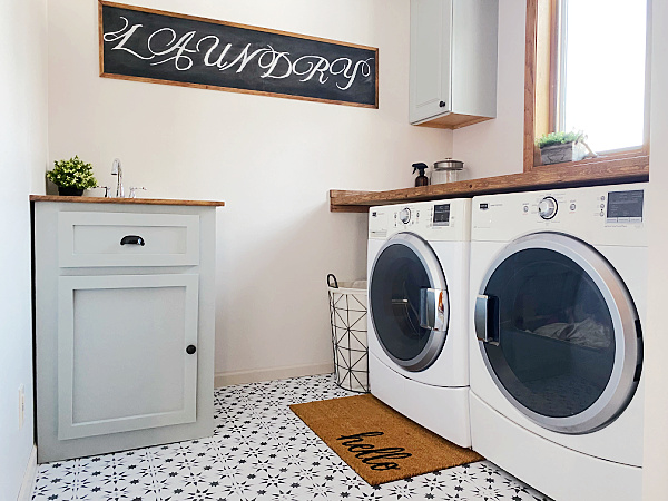 This laundry room got a major makeover for just $100. So many budget-friendly ideas in this space!